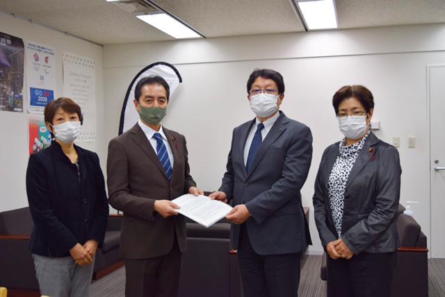 伊藤副市長に要望書を手渡す宗田団長、勝又副団長、大庭副団長